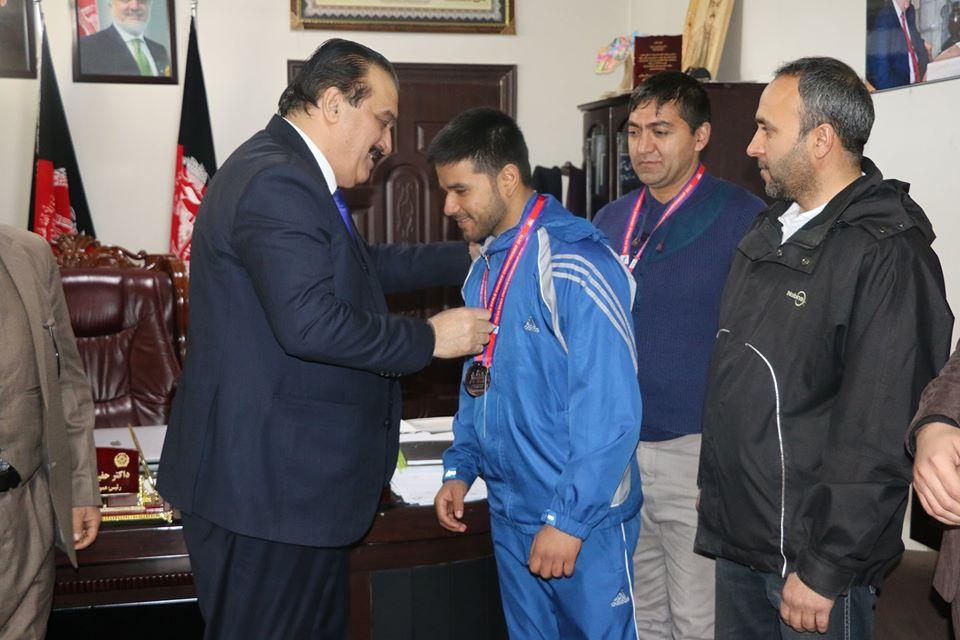 دوکتور حفیظ الله ولی رحیمی رییس عمومی تربیت بدنی و ورزش و رییس منتخب کمیته ملی المپیک کشور ورزشکاران ووینام را تقدیر کرد .